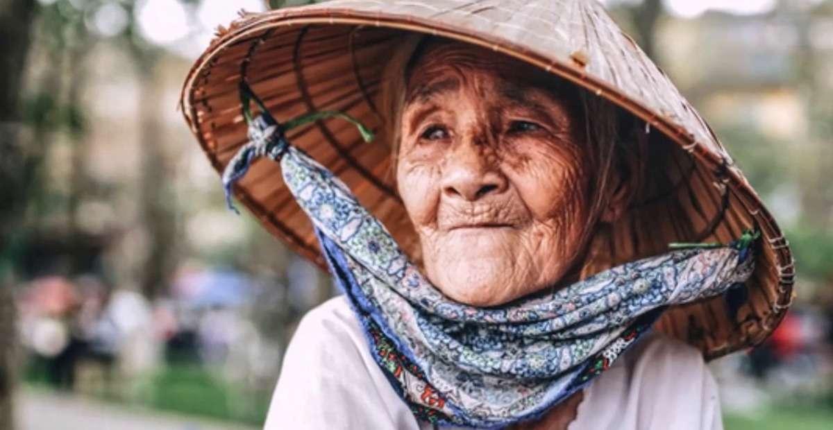 Ở căn nhà nhỏ riêng biệt là hai vợ chồng bà Muôn, hai người già sống thui thủi bên nhau như hai cái bóng hắt hiu cùng dựa vào nhau trong buổi chiều tà.