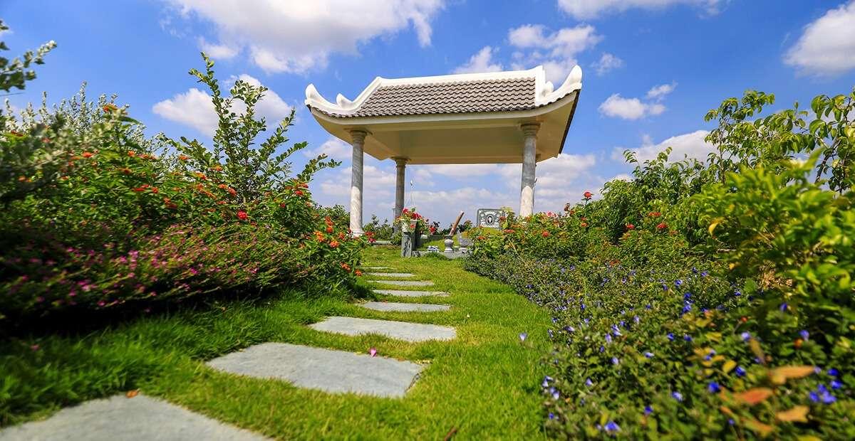 Nhiều gia đình đã thiết kế cảnh quan, trồng hoa cho phần mộ của người thân với nhiều cây xanh, hoa tươi.